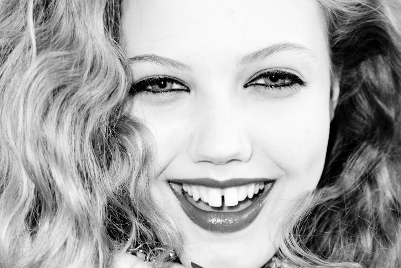 С щелочкой между зубов фото рыжая девушка 16 фотография